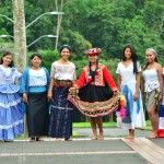 Students in traditional dress/Estudiantes en sus trajes típicos