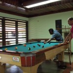 Playing pool/Jugando a billar