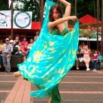 Student dancing/Estudiante bailando