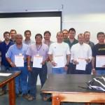 Integrantes de toda Centroamérica mostrando su certificado de participación al 'Seminar on Off-Grid and Grid-Connected PV Systems'.