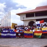 Los estudiantes con sus banderas nacionales durante el primer día de clases.