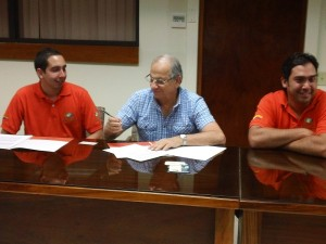 EARTH University President Jose Zaglul (center) signs the agreement between the University and the Salva Terra Foundation, founded by brothers David (left) and Daniel Villegas (right).