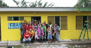 Miembros de la comunidad y voluntarios de la Fundación Whole Planet y EARTH renovaron una clínica rural que atiende a más de 1.000 personas.