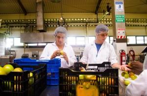 Michel (izq) en el laboratorio de procesamiento de alimentos.