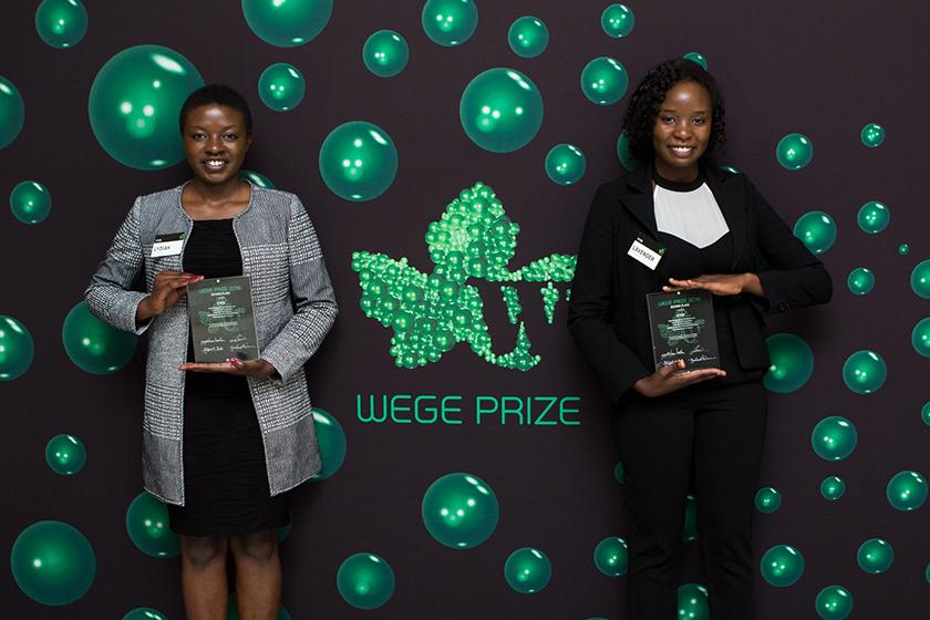 Las dos integrantes del grupo KYCE que recibieron el premio al segundo lugar en el Wege Prize.