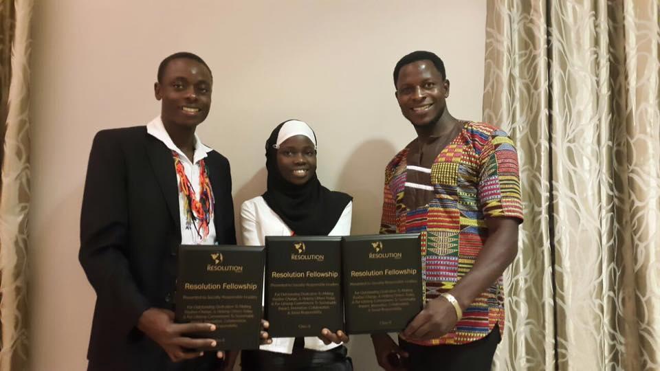 Alex Kyeyune (Promoción 2018, Uganda), Fatumah Birungi (Promoción 2017, Uganda) y Paul Mukuye (Promoción 2016, Uganda) al momento de reccibir el reconocimiento que los acreditaba ganadores del Social Venture Challenge.