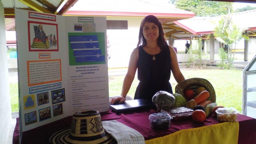 Johana posa con el plan de su proyecto, uno de los finalistas al Premio a la Sostenibilidad. (Fuente: Johana Carnona)