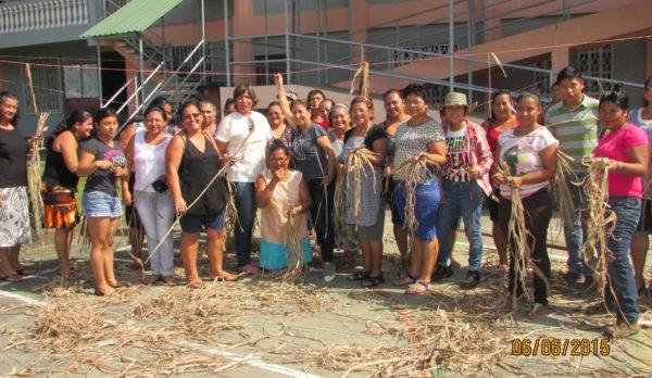 El grupo de mujeres en Limón aprendiendo cómo procesar la fibra de banano. (Fuente: Laboratorio de la Sostenibilidad)