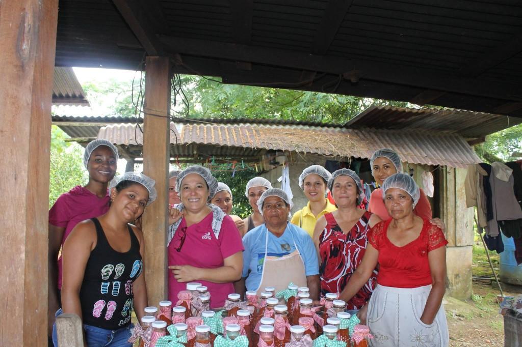 Ana Elsa Mancía (segunda de izquierda a derecho), junto con las mujeres de La Lucha y Santa Rosa, pueblos cercanos al campus de Guácimo. (Fuente: Ana Elsa Mancía)