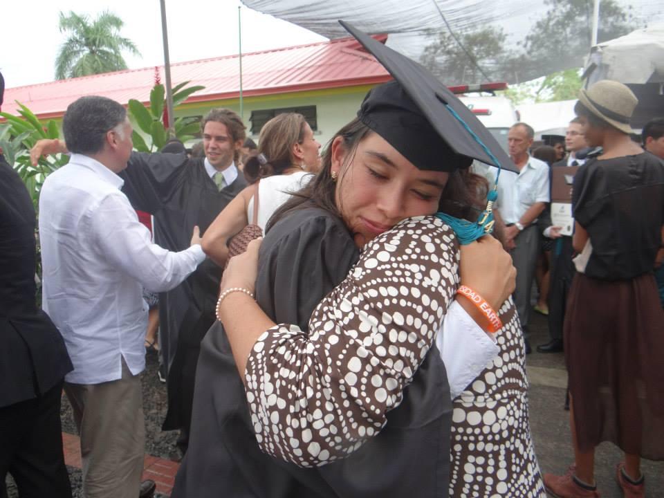 Mancía abraza a su hija, Issa, en la ceremonia de graduación de 2014. (Fuente: Ana Elsa Mancía).