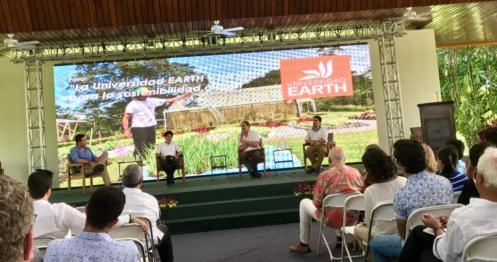 Los exponentes de la primera sesión de foro atienden preguntas y comentarios hechos desde el público.