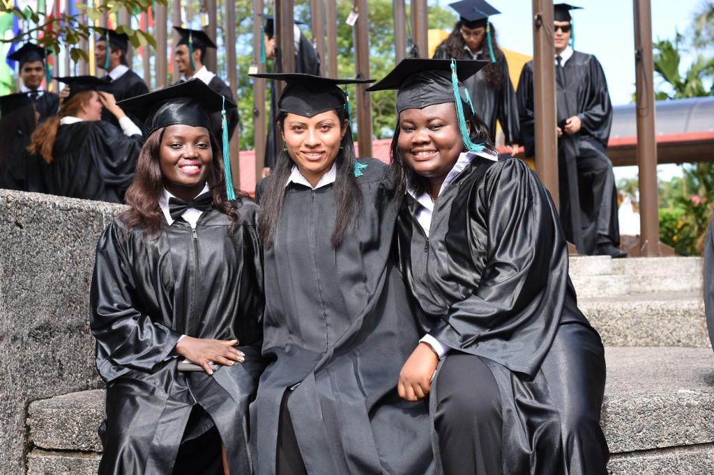 Sindy (centro) se graduó de EARTH en diciembre de 2016.
