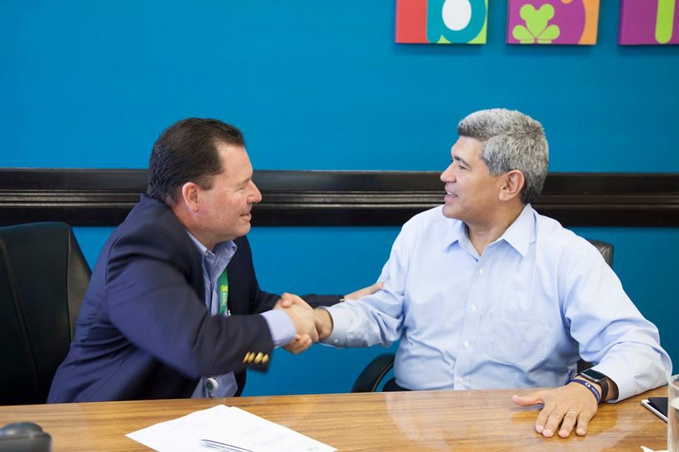 Arturo Condo y Jaime Palermo, Gerente de Telecomunicaciones del ICE tras la firma del contrato.