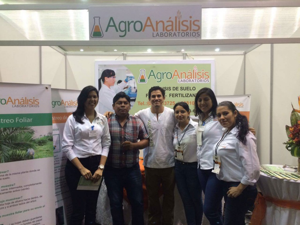 José Carlos (center), the ALIA2 team and the Agro Análisis team at the world cacao summit in 2016.