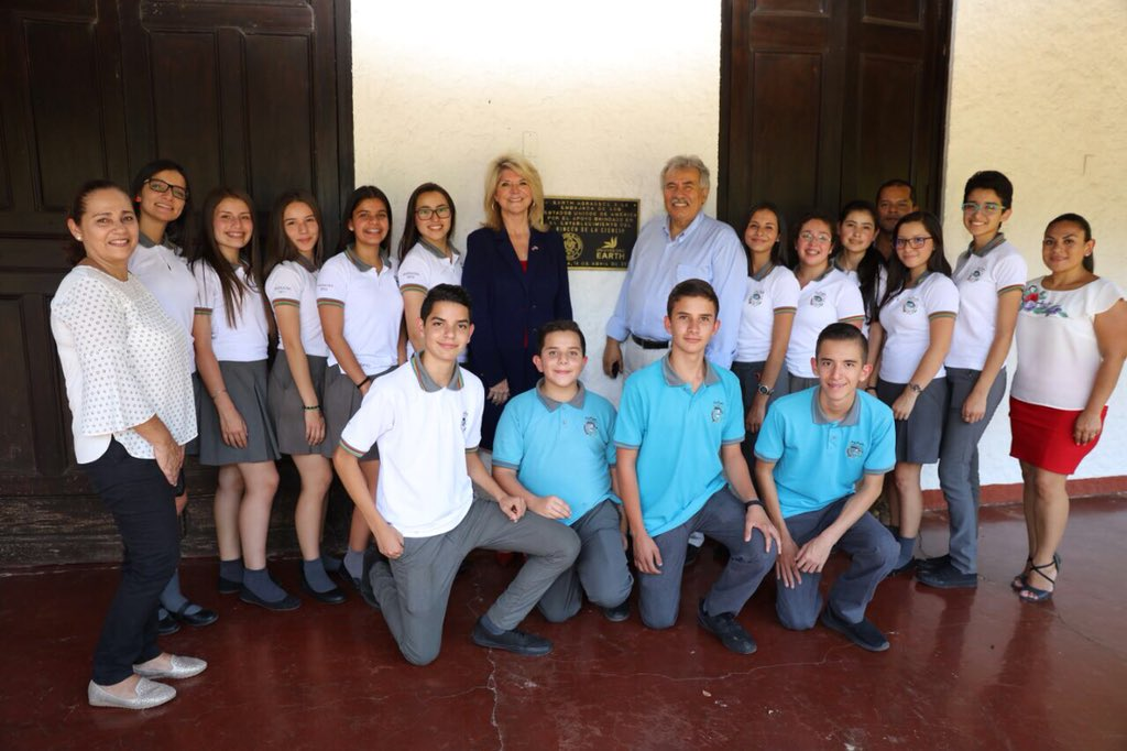 """I invite young people to continue challenging themselves and take the road toward careers in science, technology, engineering, art and mathematics. Innovation, entrepreneurship and the future of our region depend on it."" Pictured are Ambassador Day and Carlos Murillo, director of EARTH's La Flor campus, with the students who visited the Science Corner. Source: Twitter @usambassadorcr"