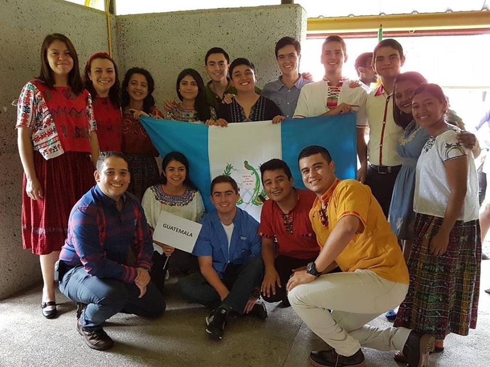 Oswaldo –quinto de izquierda a derecha en la fila de arriba- en el primer día de lecciones, junto a sus demás compañeros guatemaltecos. (Foto: Oswaldo Guzmán)