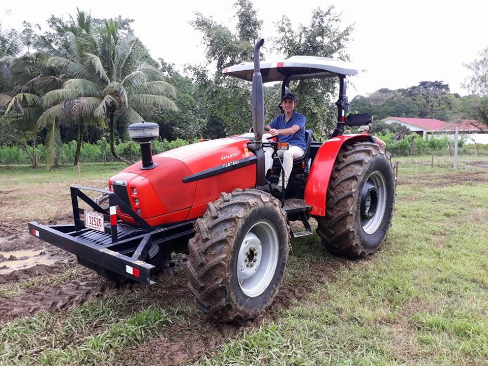 En primer año los estudiantes de EARTH reciben cursos como cultivos, ingeniería agrícola, ciencias naturales, matemáticas y proyectos empresariales. Además, reciben clases de manejo de maquinaria agrícola; en la foto, Oswaldo aprendiendo a manejar tractor. (Foto: Oswaldo Guzmán).