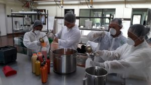 Fotografía de participantes del Taller en el Laboratorio de Procesamiento Alimentos