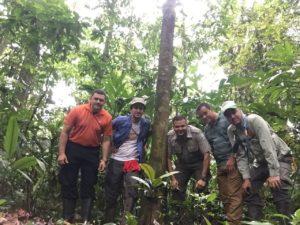 Fotografía de Adolfo Artavia y grupo de hombres en el bosque