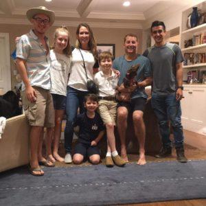 Los estudiantes de EARTH Edwin Rodríguez y Alfredo Vásquez (Promoción 2019, Costa Rica) y la familia de Mark McGahan