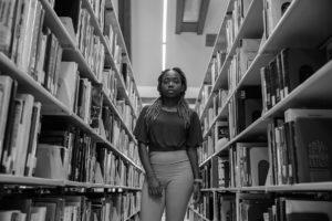 Retrato de Esnai en la biblioteca.