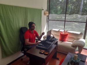 El profesor Víctor Morales impartiendo una clase virtual.