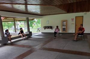 Dasha y sus compañeros se reúnen para planear actividades.