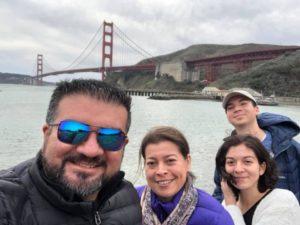 Los graduados Oscar y Jessica junto a sus hijos, María José ahora también una graduada.