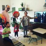 La familia de Tamia Sisa (Ecuador) y Obed Azofeifa (Costa Rica) apoyando a los graduados desde sus casas.