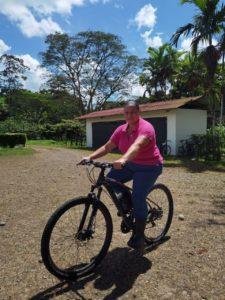 Como los estudiantes, ella usa una bicicleta para moverse por el campus.