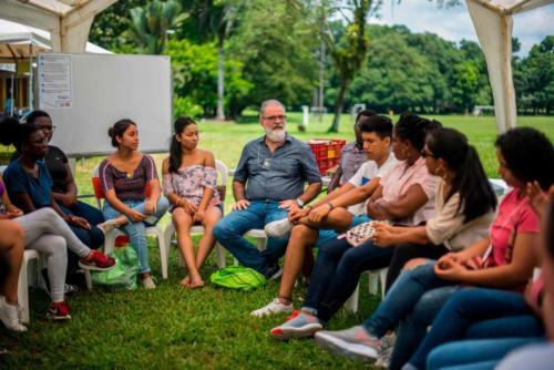 estudiantes-conversando